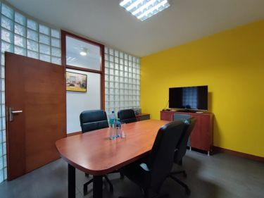 75 m2, parter, witryna, wejście od ulicy Poniatows